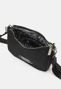 Von Dutch - KACEY SCHOULDER BAG CROSS BODY UNISEX - Handbag - black - 2