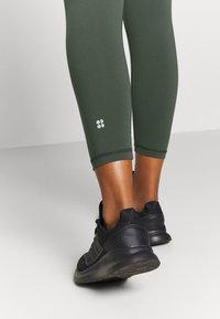 Sweaty Betty - POWER SCULPT WORKOUT - Leggings - olive - 4