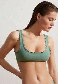 OYSHO - MIT GEWELLTEM SAUM  - Bikini top - green - 0