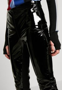KARL LAGERFELD - FAUX PATENET LEGGINGS - Leggings - black - 4