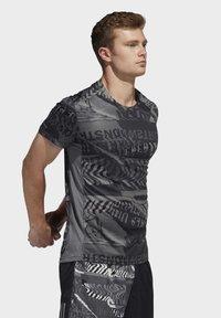 adidas Performance - OWN THE RUN GRAPHIC T-SHIRT - Triko spotiskem - grey/black - 3