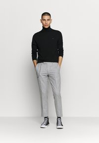 Twisted Tailor - MOONLIGHT CHAIN TROUSER - Pantaloni - light grey - 1