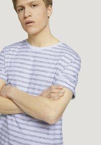 TOM TAILOR DENIM - MIT STREIFENMUSTER - T-shirt med print - white black injected stripe - 3