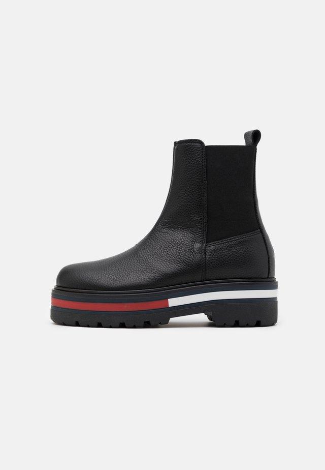 FLAG OUTSOLE CHELSEA - Platform ankle boots - black