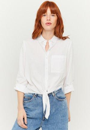 MIT KNOTEN - Button-down blouse - white