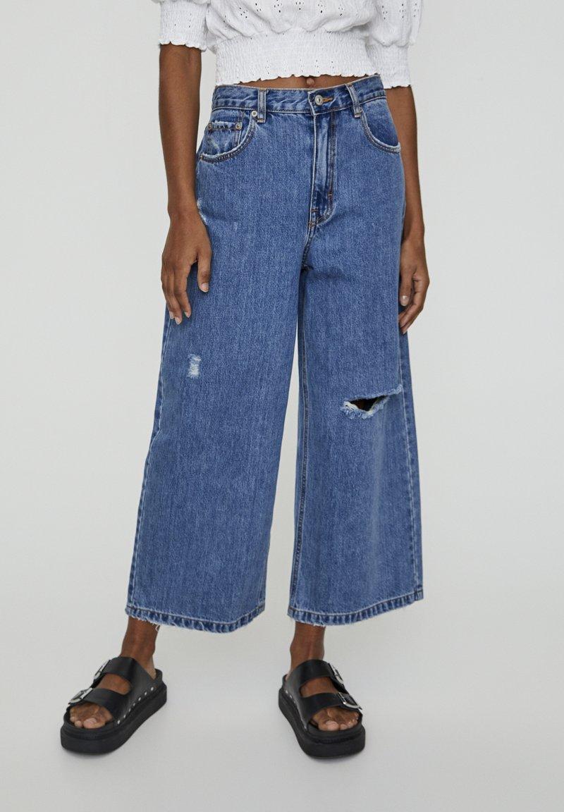 PULL&BEAR - MIT ZIERRISSEN - Flared Jeans - dark blue