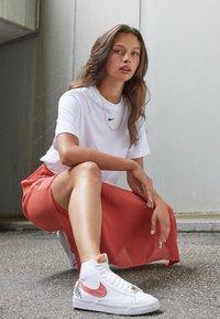 Nike Sportswear - BLAZER MID '77  - Vysoké tenisky - white/light sienna - 1
