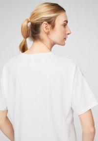 Q/S designed by - MIT PAILLETTEN - T-shirt print - white placed print - 4