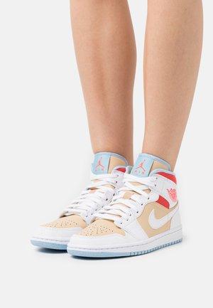 AIR JORDAN 1 MID SE - Sneakersy wysokie - sesame/white/flash crimson/psychic blue/black