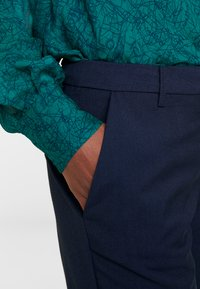 And Less - ALCRISTIE PANTS - Chino kalhoty - blue nights - 4