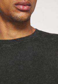 Tigha - YORICK - Print T-shirt - vintage black - 5