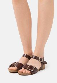 Pavement - MILA - Sandály na klínu - brown - 0