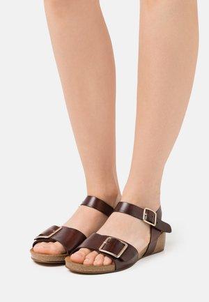 MILA - Sandály na klínu - brown