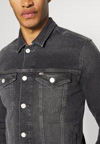 Tommy Jeans - REGULAR TRUCKER - Denim jacket - grey - 5