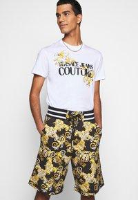Versace Jeans Couture - PRINT NEW LOGO - Pantaloni sportivi - nero - 3