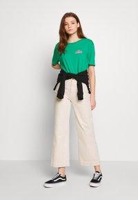Billabong - BUNS ALL DAY TEE - T-shirts med print - emerald - 1