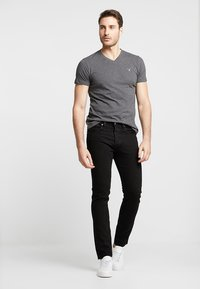 GANT - ORIGINAL SLIM V NECK - T-shirt - bas - anthracite