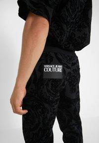 Versace Jeans Couture - BAROQUE JOGGERS - Verryttelyhousut - black - 3