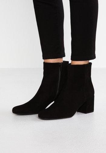 ANGELIS - Korte laarzen - black