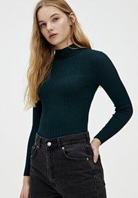 PULL&BEAR - MIT GERIPPTEM STEHKRAGEN - Sweter - dark green - 3