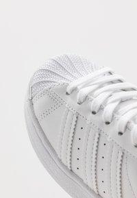 adidas Originals - SUPERSTAR - Sneakers basse - footwear white - 2