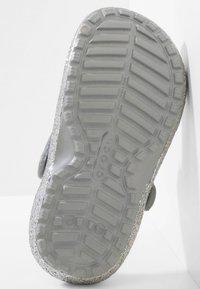Crocs - CLASSIC GLITTER LINED  - Drewniaki i Chodaki - silver - 4