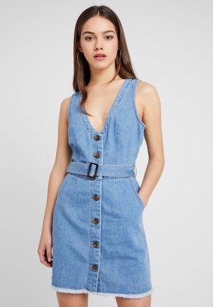 BELTED BUTTON THROUGH MINI DRESS - Vestito di jeans - stonewash
