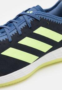 adidas Performance - ADIZERO FASTCOURT PRIMEBLUE - Håndboldsko - legend ink/hi-res yellow/blue - 5