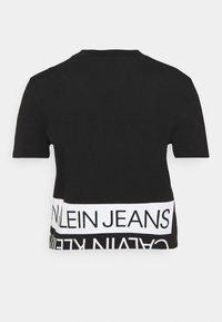 Calvin Klein Jeans - MIRRORED LOGO BOXY TEE - Printtipaita - black/bright white - 6