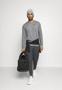Nike Performance - DRY CREW - Sweatshirt - charcoal heathr/black - 1