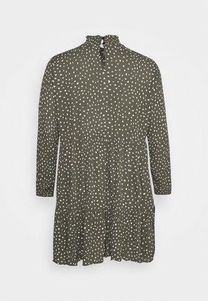 BITTEN DRESS - Robe d'été - grape leaf/chalk