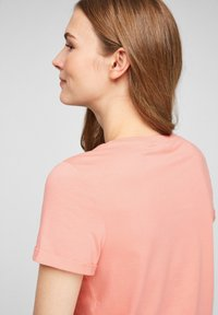 Q/S designed by - Basic T-shirt - apricot - 4