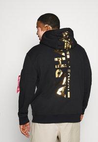 Alpha Industries - BACK PRINT HOODY PRINT - Hoodie - black/shiny gold - 2