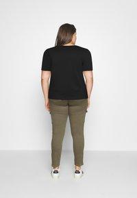 Calvin Klein Jeans Plus - MONOGRAM LOGO TEE - Jednoduché triko - black/party pink - 2