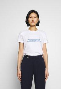 Tommy Hilfiger - REGULAR - T-shirts med print - white - 0