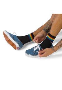 Vans - UA VANS ART HALF CREW (6.5-9, 1PK) - Socks - pride - 0