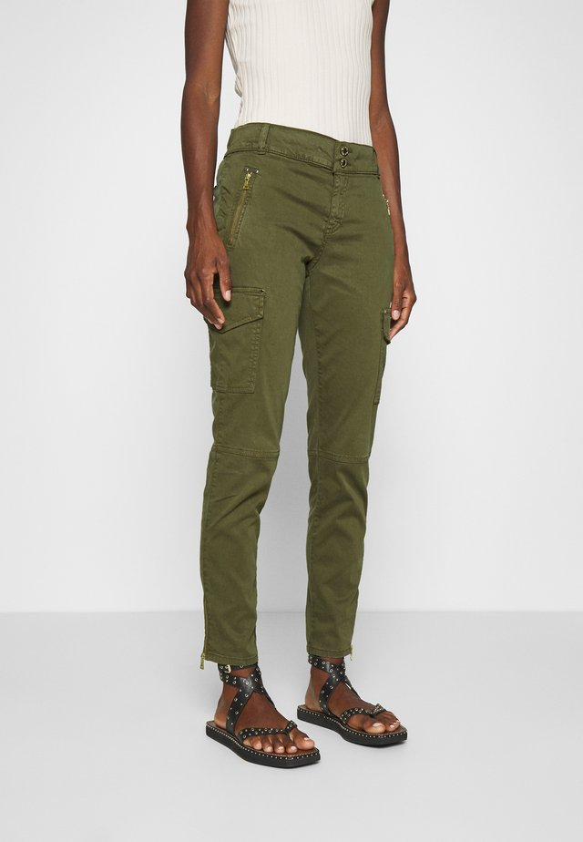 GILLES CARGO PANT - Trousers - army