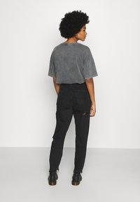 American Eagle - CURVY MOM  - Slim fit jeans - destroyed black - 2