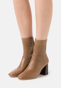 Loeffler Randall - ELISE - Kotníkové boty - tabac - 0