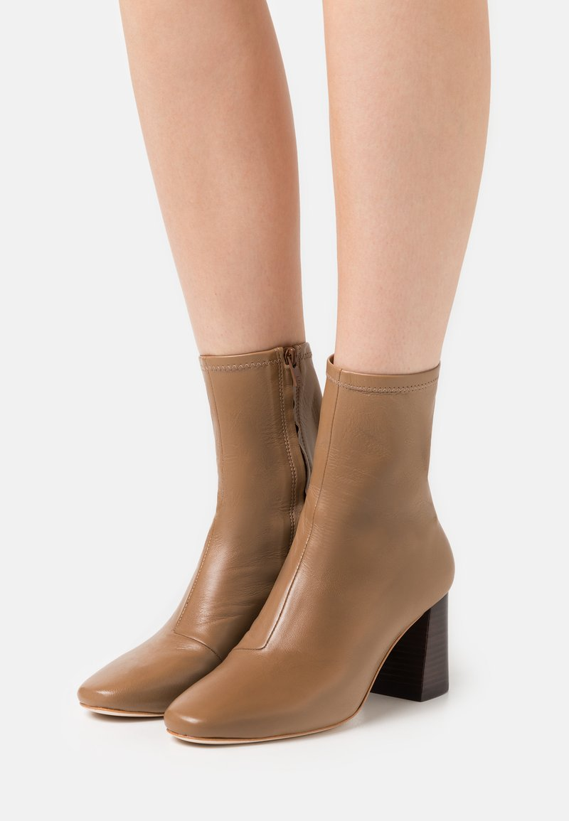 Loeffler Randall - ELISE - Kotníkové boty - tabac