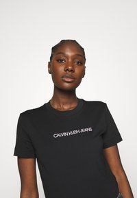 Calvin Klein Jeans - SHRUNKEN INSTITUTIONAL TEE - Print T-shirt - black - 3
