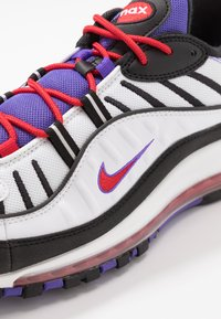 Nike Sportswear - AIR MAX 98 - Sneakersy niskie - white/black/psychic purple/university red - 5