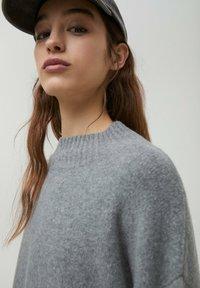 PULL&BEAR - Stickad tröja - dark grey - 4