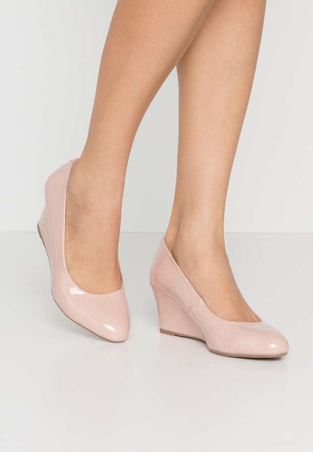 WIDE FIT DREAMER WEDGE COURT - Czółenka na koturnie - nude