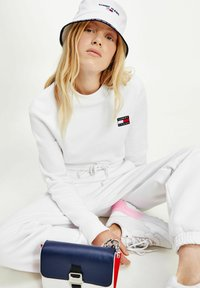 Tommy Jeans - SUPER CROPPED BADGE CREW - Pullover - white - 2