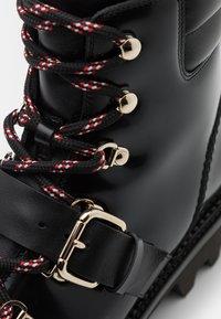 Red V - COMBAT BOOT - Kotníkové boty na platformě - nero - 6