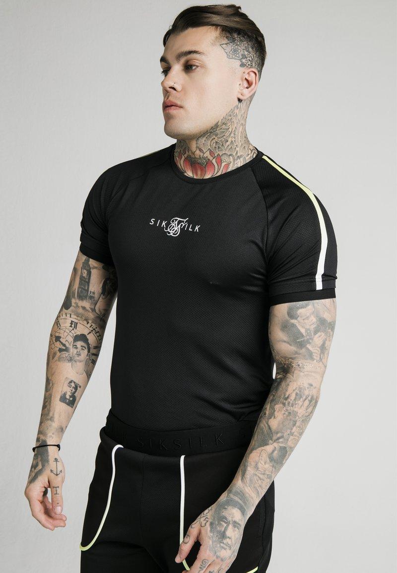 SIKSILK - LEGACY FADE TECH TEE - Camiseta estampada - black/white