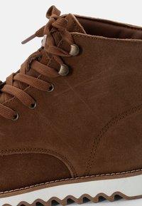 Levi's® - BERGBOOT RIPPLE - Šněrovací kotníkové boty - medium brown - 5