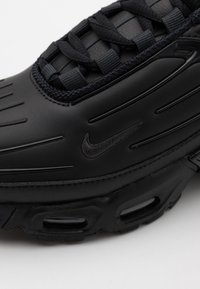 Nike Sportswear - AIR MAX PLUS III UNISEX - Matalavartiset tennarit - black/dark smoke grey - 5