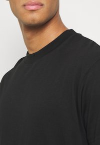 Night Addict - CRUSH - T-shirt med print - black - 4